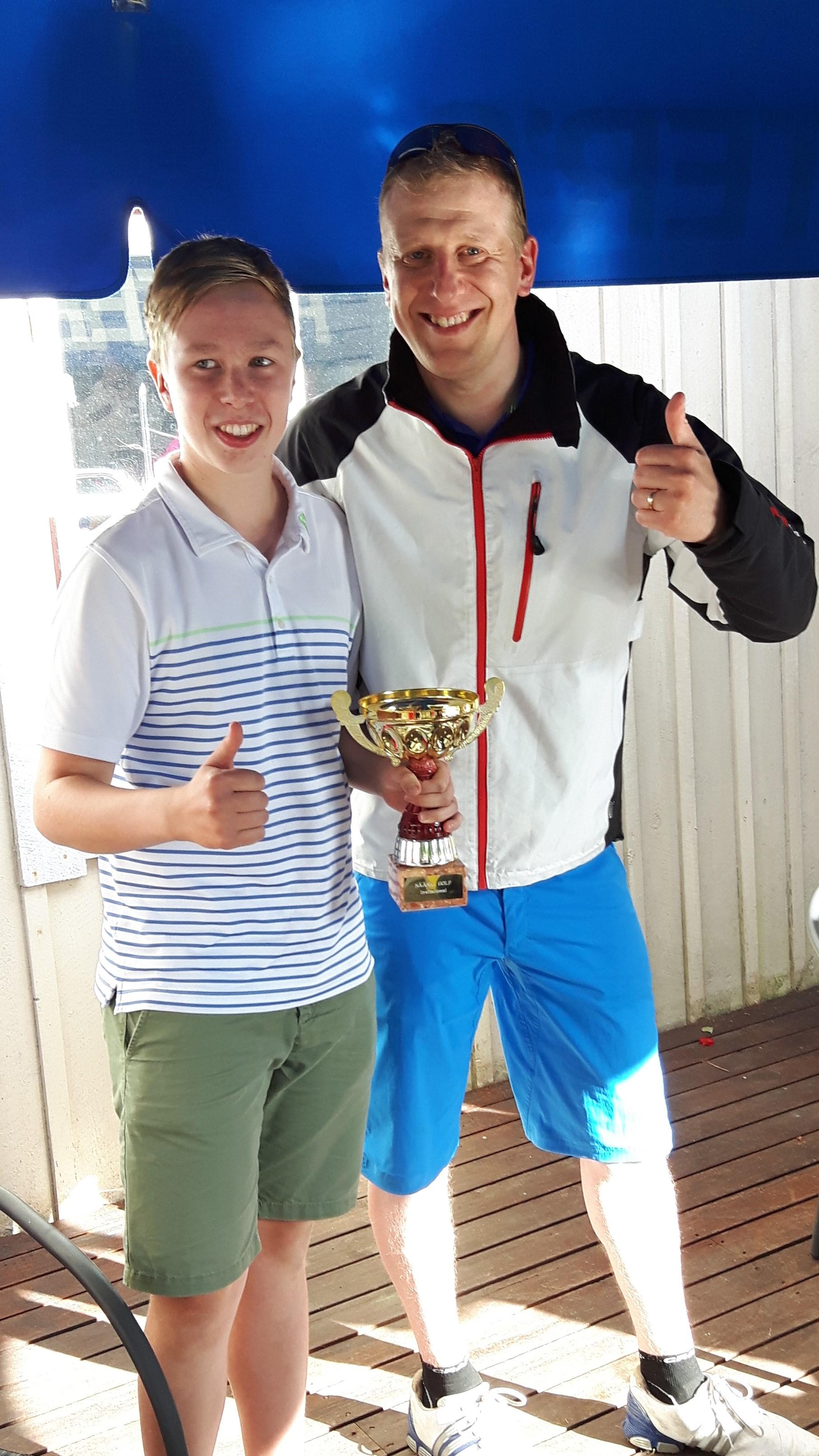 Kisan voittaja Simo Sääski (vasemmalla) ja tämän vuoden järjestelyistä vastannut Lasse Keskitalo