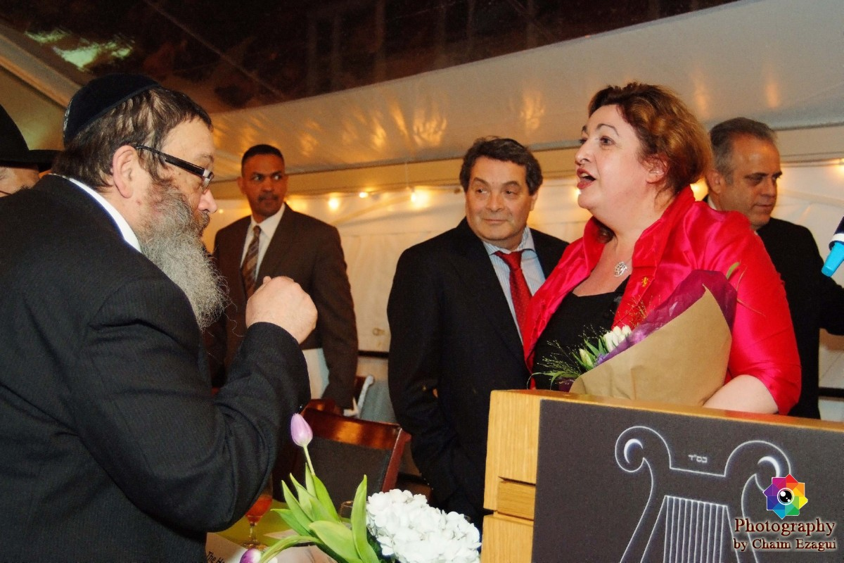 Inna Rogatchi speaking with rabbi Pappe.