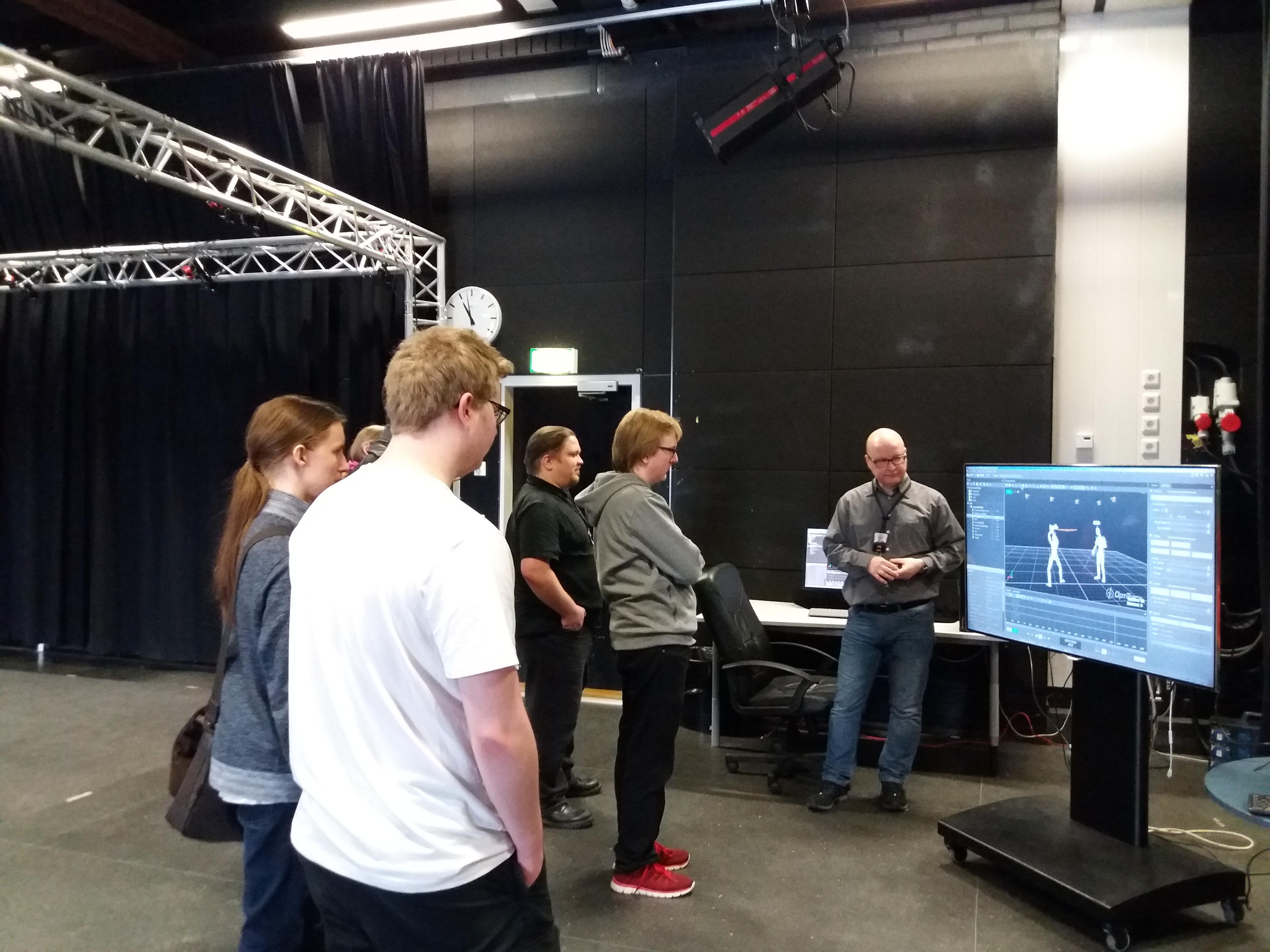 Lehtori Marko Siitonen esittelee peliä jossa hyödynnetään motion capture tekniikkaa