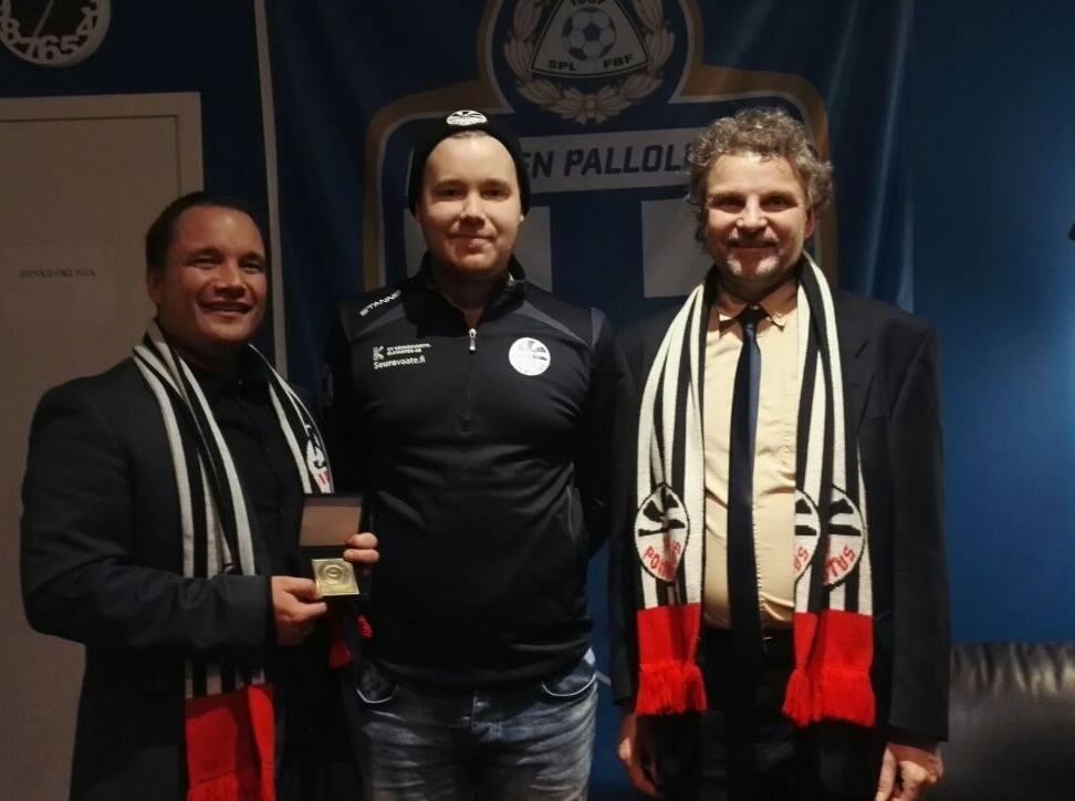 Palkinnon vastaanottivat nuorisopäällikkö Antti Tarvainen, johtokunnan jäsen Sami Koskinen ja varapuheenjohtaja Nik Davies.