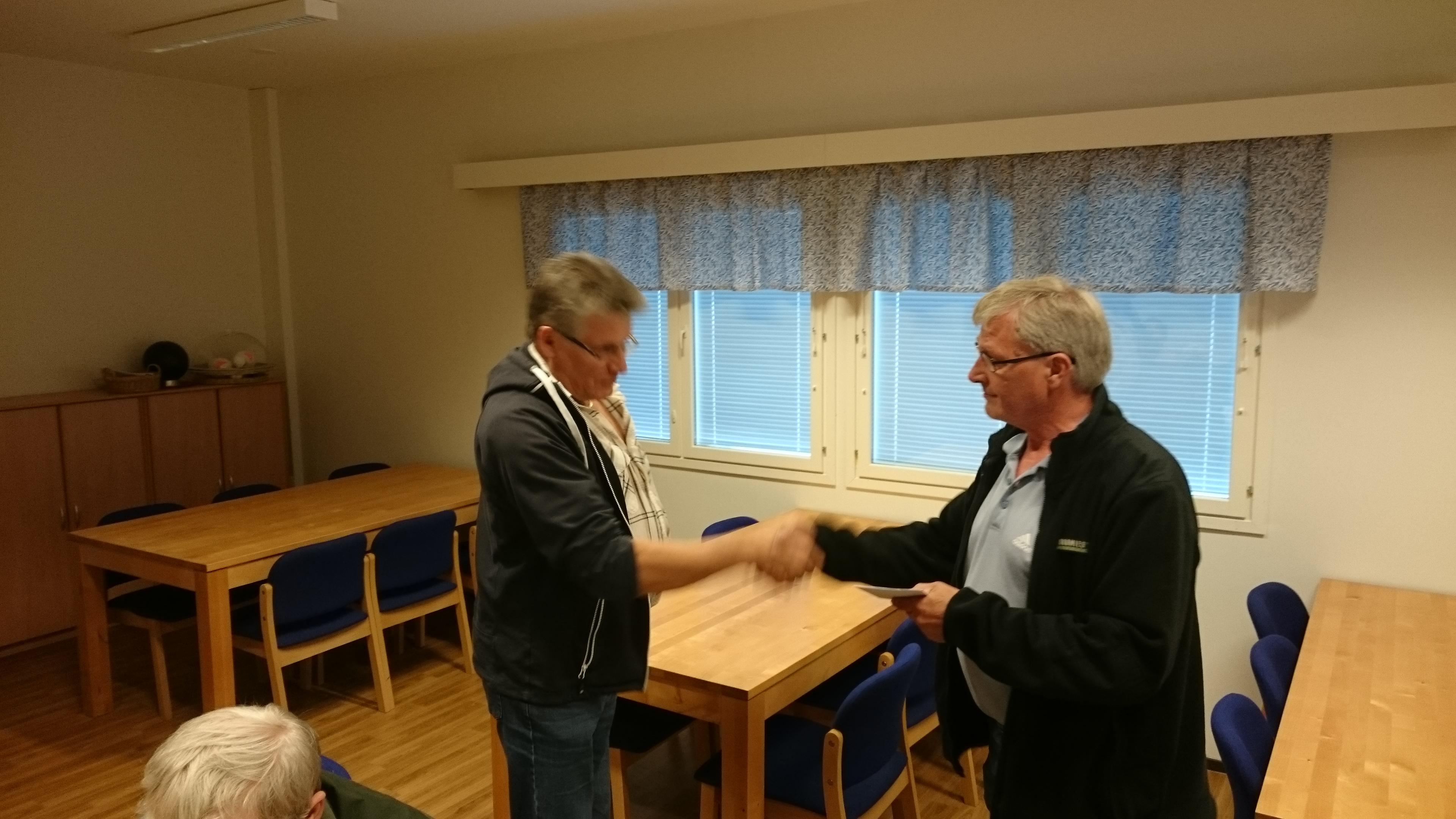 Kuvassa Anttia (oikealla) onnittelee Liiton puheenjohtaja Markku Kytömäki